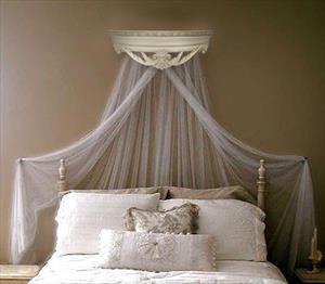 Карниз-балдахин для спальни в классическом стиле.